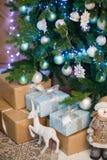 Caixas bonitas brancas e de turquesa com os presentes sob a árvore de Natal imagens de stock