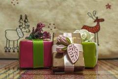 Caixas bonitas com uma surpresa Bons presentes para parentes imagem de stock