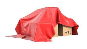 Caixas cobertas de cima de um pano de seda vermelho Fotos de Stock