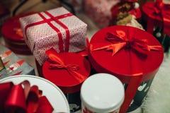 Caixas coloridas com presentes sob a árvore de Natal Fotografia de Stock