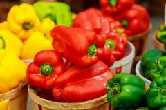 Caixas com pimentas coloridas no mercado Foto de Stock