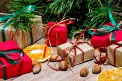 Caixas com presentes e avelã sob a árvore de Natal Fotografia de Stock