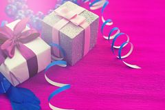 Caixas com presentes em um fundo cor-de-rosa brilhante Fotografia de Stock Royalty Free