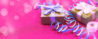Caixas com presentes em um fundo cor-de-rosa brilhante Fotos de Stock