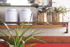 Caixas da lata em uma prateleira foto de stock