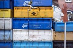 Caixas da pesca, boias e outros objetos marítimos na frente da barra velha Blaue Maus na ilha norte Amrum do Frisian Imagens de Stock