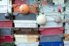 Caixas da pesca, boias e outros objetos marítimos na frente da barra velha Blaue Maus na ilha norte Amrum do Frisian Fotos de Stock