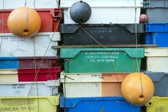 Caixas da pesca, boias e outros objetos marítimos na frente da barra velha Blaue Maus na ilha norte Amrum do Frisian Imagem de Stock