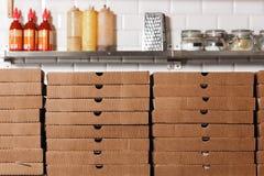 Caixas de cartão das pizzas para o envio e a entrega muito empacotamento está no estoque da cozinha Fotos de Stock