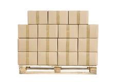 Caixas de cartão na paleta de madeira no branco imagens de stock royalty free