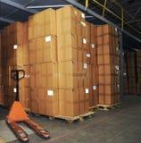 Caixas de Catron e caminhão de pálete no armazém Imagens de Stock Royalty Free
