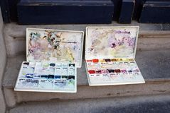 Caixas de cores usadas de pintura da água Foto de Stock