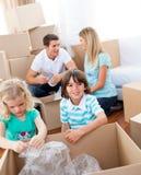 Caixas de embalagem alegres da família fotos de stock