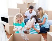 Caixas de embalagem Animated da família fotos de stock