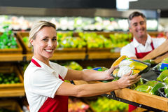 Caixas de enchimento de sorriso dos vegetais da mulher Fotos de Stock Royalty Free