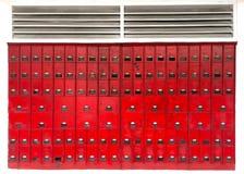 Caixas de letra vermelhas brilhantes na parede Fotos de Stock