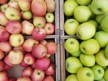 Caixas de maçãs diretamente acima fotografia de stock royalty free