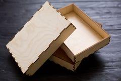 Caixas de madeira da madeira compensada em um fundo de madeira preto Fotos de Stock Royalty Free