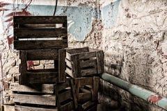 Caixas de madeira da embalagem em um conceito do horror de Dia das Bruxas Fotografia de Stock