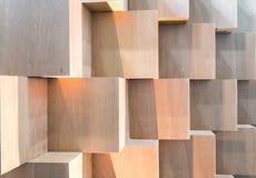 Caixas de madeira do cubo que criam a parede geométrica abstrata Imagem de Stock Royalty Free