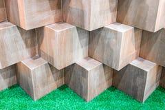 Caixas de madeira do cubo que criam a parede geométrica abstrata Foto de Stock Royalty Free