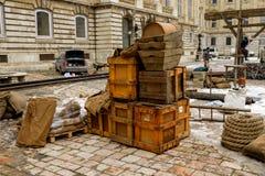 Caixas de madeira e caixas na rua Fotos de Stock