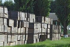 Caixas de madeira empilhadas junto Imagens de Stock Royalty Free