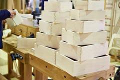 Caixas de madeira na oficina do carpinteiro Fotografia de Stock