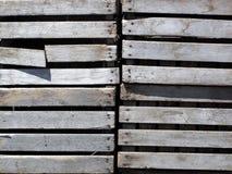 Caixas de madeira resistidas velhas empilhadas Imagens de Stock Royalty Free