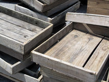 Caixas de madeira resistidas velhas empilhadas Imagens de Stock