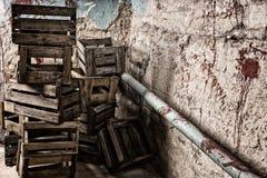 Caixas de madeira vazias velhas da embalagem em um conceito do horror de Dia das Bruxas Foto de Stock Royalty Free