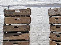 Caixas de madeira velhas com fundo branco Foto de Stock