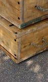 Caixas de madeira velhas com os punhos da corda na rua Imagem de Stock