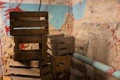 Caixas de madeira velhas da embalagem em um conceito do horror de Dia das Bruxas Fotografia de Stock