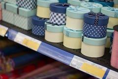Caixas de papel redondas feitos a mão na prateleira no supermercado Vasta gama de caixas de presente diferentes Imagens de Stock Royalty Free