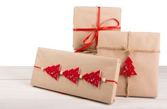 Caixas de presente de época natalícia do Natal no papel verde na madeira branca Imagem de Stock Royalty Free