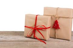 Caixas de presente de época natalícia do Natal no papel verde na madeira branca Imagem de Stock