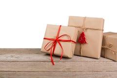 Caixas de presente de época natalícia do Natal no papel verde na madeira branca Fotos de Stock