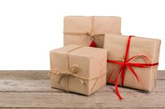 Caixas de presente de época natalícia do Natal no papel verde na madeira branca Foto de Stock Royalty Free