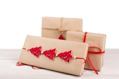 Caixas de presente de época natalícia do Natal no papel verde na madeira branca Fotografia de Stock Royalty Free