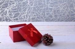 Caixas de presente abertas com curva no fundo de madeira Decoração do Natal imagem de stock royalty free