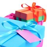 Caixas de presente amarradas com as fitas do cetim de cores diferentes Imagens de Stock