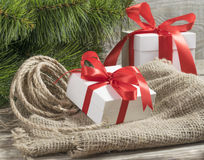 Caixas de presente brancas com branc vermelho da árvore das fitas, da corda e de Natal Imagens de Stock