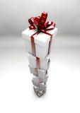 Caixas de presente brancas com fitas vermelhas Foto de Stock
