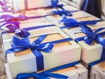 Caixas de presente brancas da lembrança com fitas azuis fotografia de stock