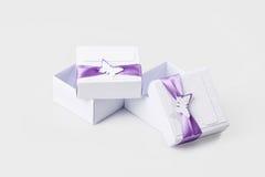 Caixas de presente brancas isoladas no branco Foto de Stock