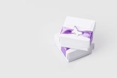 Caixas de presente brancas isoladas no branco Imagens de Stock Royalty Free