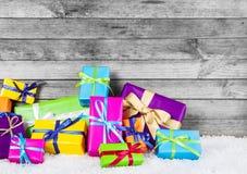Caixas de presente coloridas bonitas para decorações do Natal Fotos de Stock