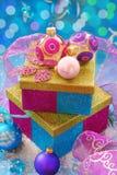 Caixas de presente coloridas com baubles do Natal Fotos de Stock