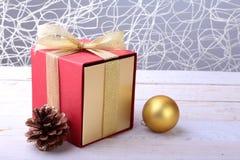 Caixas de presente com as bolas da curva e do Natal no fundo de madeira decoração foto de stock